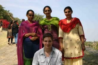 Drei Damen, alles Schwestern, zeigen sich sehr interessiert an Andi