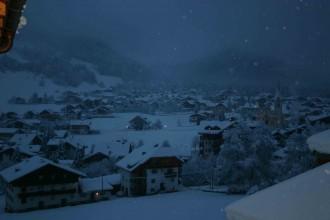 Hell leuchten die dicken Schneeflocken im Licht der Dorf-Laternen. Still ist es am frühen Morgen im St.Vigil.