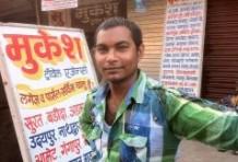 Mustafa arbeitet im Hotel Ruyale Inn im Stadtteil Andheri; hier an der Busstation nach Udaipur