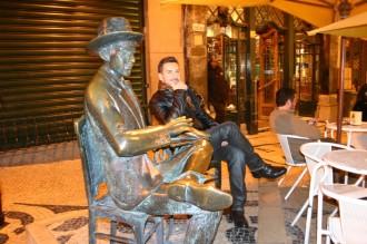 Fadista Telmo Pires: Vor der Gaststätte schweigt die Bronzestatue des National-Poeten Fernando Pessoa zum nächtlichen Treiben in der Touristenmetropole.