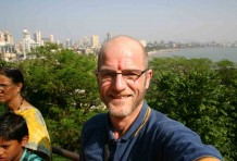 Indien: Roter Punkt auf der Stirn, im Hintergrund der Bombay-Beach