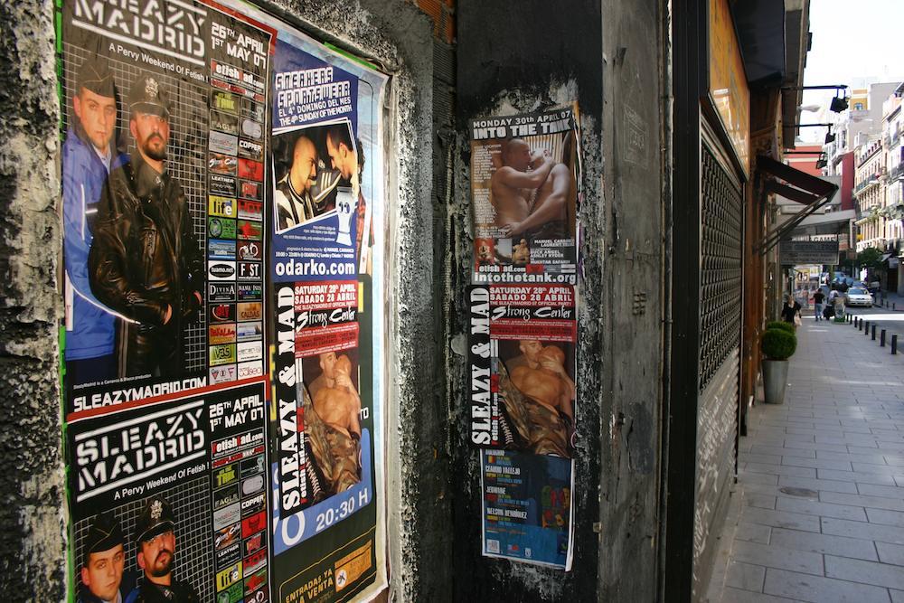 Tolerantes Umfeld ermöglich schrille Events: Plakate für schwule Fetisch-Partys im Kiez/ Veedel/ Viertel/ Barrio Chueca in Madrid