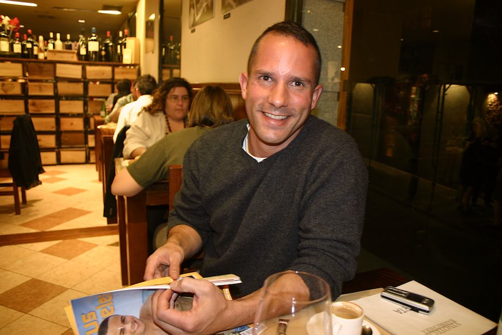 Hübscher schwuler Madrilene Im Restaurant Malacatin in Madrid