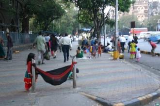 Straßenkinder kampieren in der indischen Metropole Mumbai im Stadtteil Fort