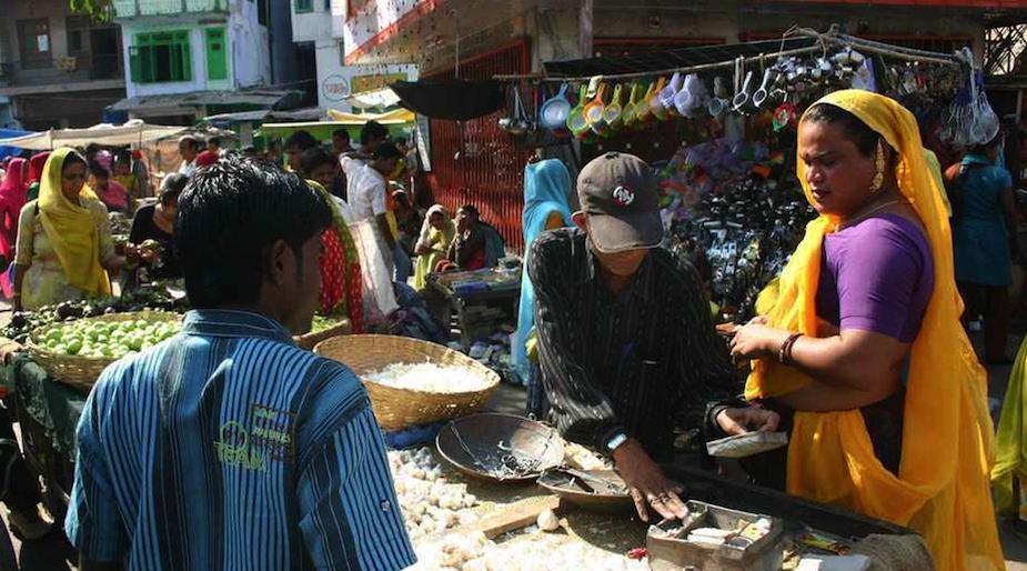 Hijra kauft auf einem Markt im indischen Udaipur ein