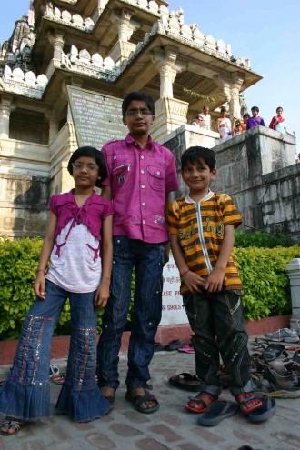 Geschwister vor dem Jain-Tempel in Rankapur in Rajasthan