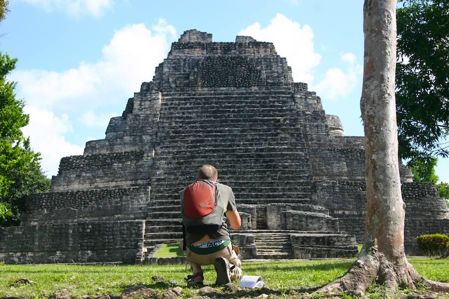 Tourist von Hinten: Maya-Pyramide von Chacchoben