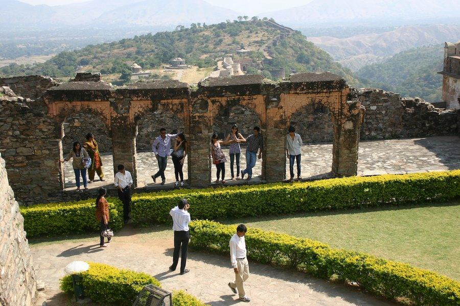 Indische Touristen posieren, im Hintergrund die lange Festungsmaue