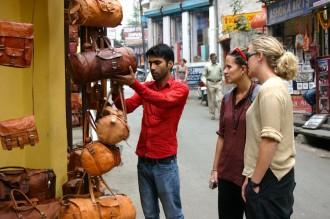 Arif versucht in seinem Lederwarengeschäft nahe dem Maharaja-Stadtpalast Ware feilzubieten., Foto: Robert Niedermeier