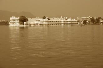 Nur mit gebührenden Abstand fahren die kleinen Touristenboote am Luxus-Hotel vorbei: