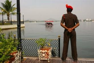 Touristen besuchten die Insel mit dem kleineren Palast Jag Mandir, eine von vier Inseln auf dem Picola-See in Udaipur:, Foto: Robert Niedermeier