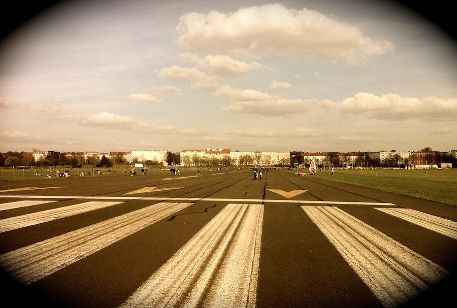 Asphaltiertes Rollfeld auf der Tempelhofer Freiheit in Berlin