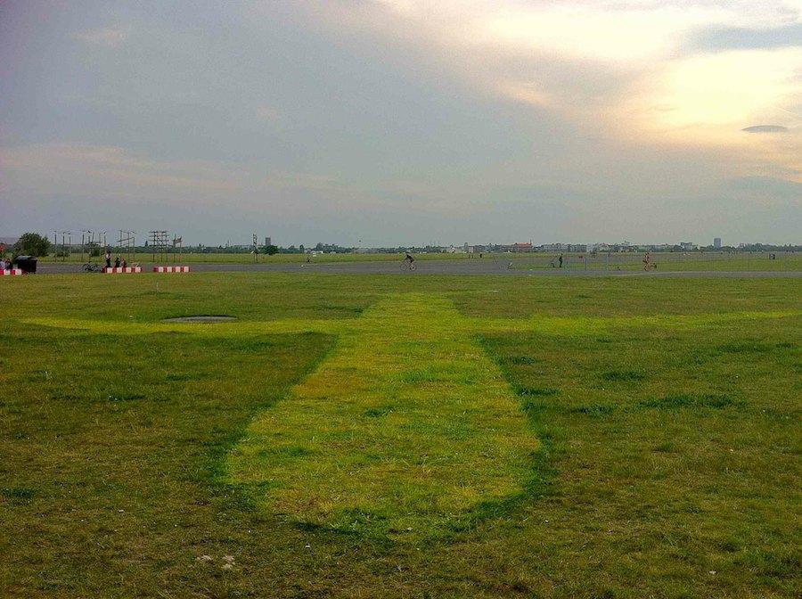 Flugzeug-Profil auf Rasen im Park Tempelhofer Freiheit
