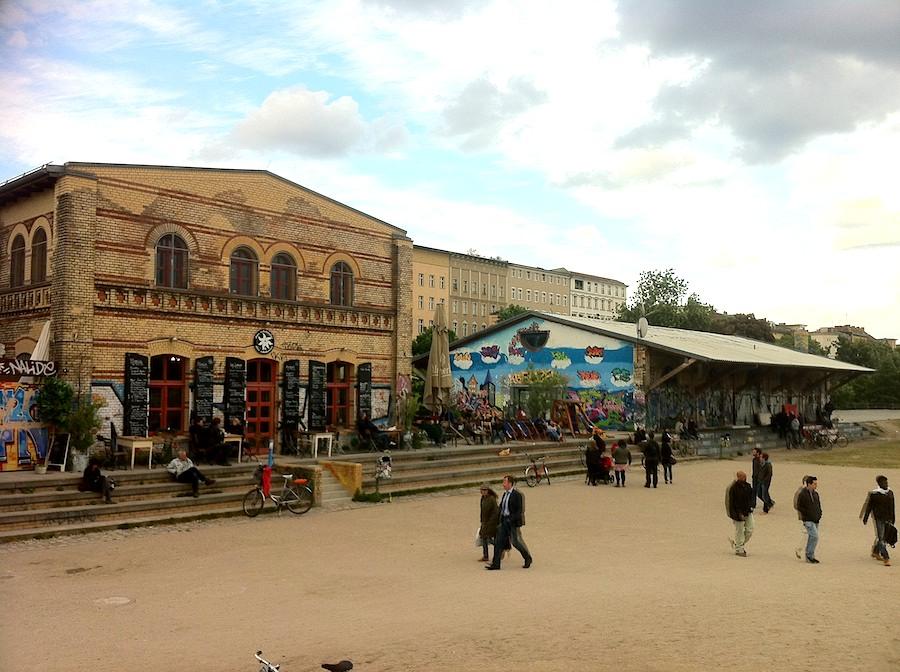 Das Café Edelweiß im Gorlitzer Park - bei eher schlechtem Wetter, Bei Sonnenschein und auch bis in die Partynacht hinein, ein beliebter Publikumsmagnet.