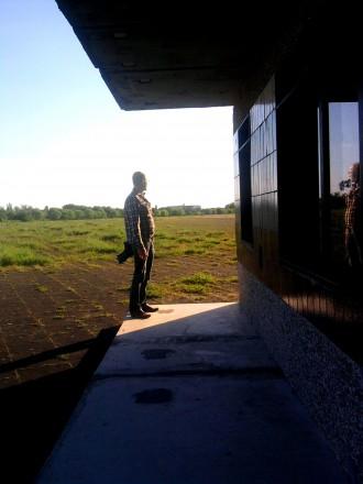 Robert Niedermeier besichtigt ein Betonhaus auf der Tempelhofer Freiheit