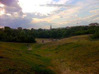 Blick vom Hügel im Görlitzer Park in Richtung Berlin Mitte