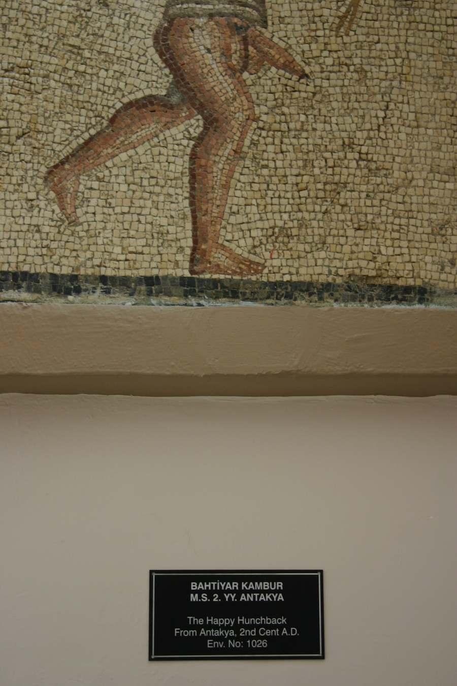 Mann mit Penis, Museum Antakya, Türkei,  Schild mit Beschriftung des Museums