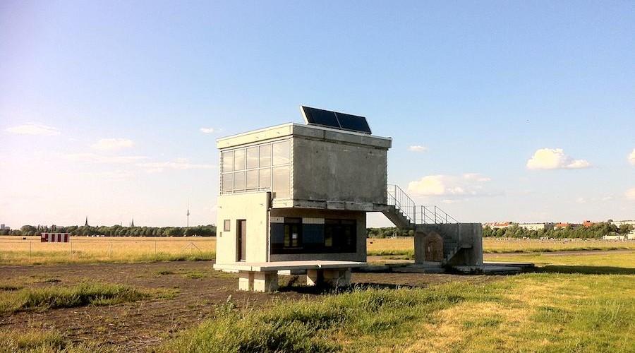 Beton-Haus auf Stelzen auf dem Parkgelände Tempelhofer Freiheit