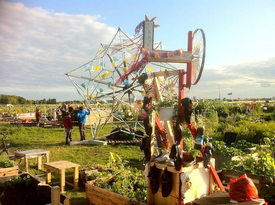 Allmende-Kontor auf Tempelhofer Freiheit mit bepflanzten Schuhen und dem Bienenprojekt