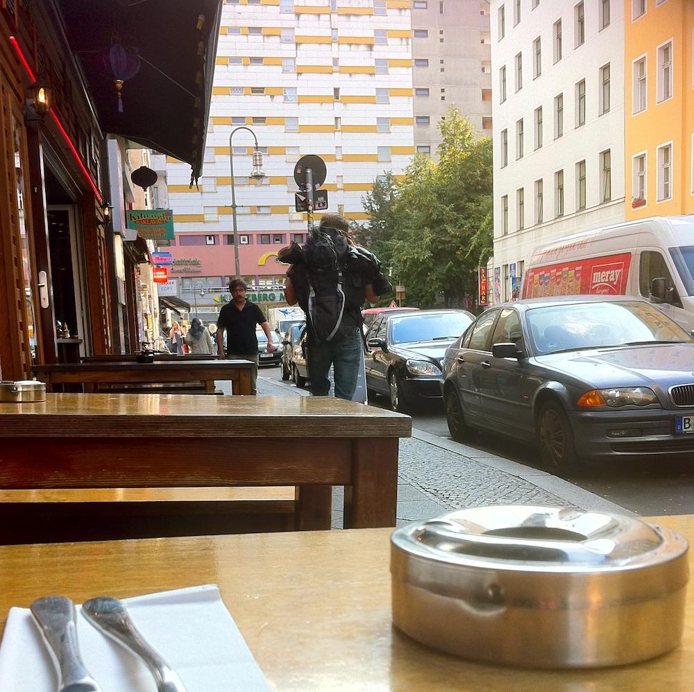 Blick zum Kotti auf der Orianienstraße im Restaurant Hasir