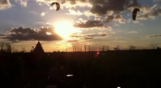 Drachen und Kiter in der Abendsonne am 19. September 2012