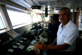 Kapitän auf der Brücke der Santa Cruz: Eduardo N. trägt die Verantwortung für 61 Bordmitglieder und knapp 100 Passagiere. Seit fast 30 Jahren mit Bravour