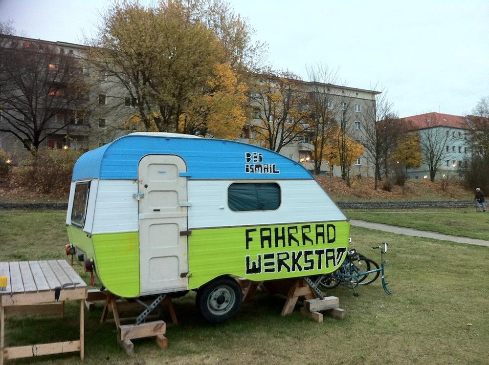 Bei Ismail, die mobile Fahrradwerkstatt am 9. November 2012, auf der Tempelhofer Freiheit