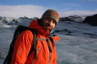 Bergführer Adalstein führt Island-Touristen sicher übers Wasser, über tiefgefrorenen Gletscherwassermassen selbstredend