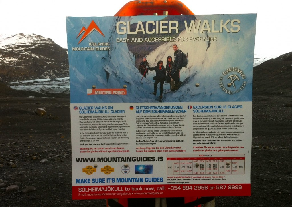 Glescher-Hinweisschild für Island-Touristen aus aller Welt