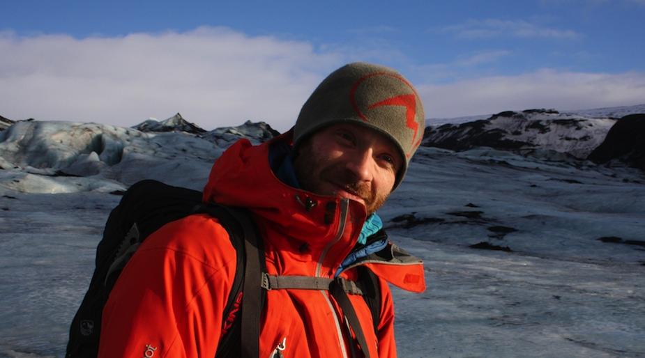 Bergführer Adalstein führt Island-Touristen sicher übers Wasser, über tiefgefrorenen Gletscherwassermassen, Foto: Robert Niedermeier