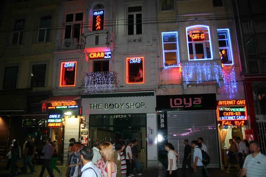 Burak weist den Weg: Vom Taksim-Platz aus geht es die Istiklal Caddesi hinauf, quer durchs Musikerviertel.