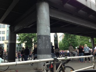 Im Vorbeifahren beobachtet von Torsten: Hunderte solidarisch mit Occupy Istanbul am Kotti (Berlin)