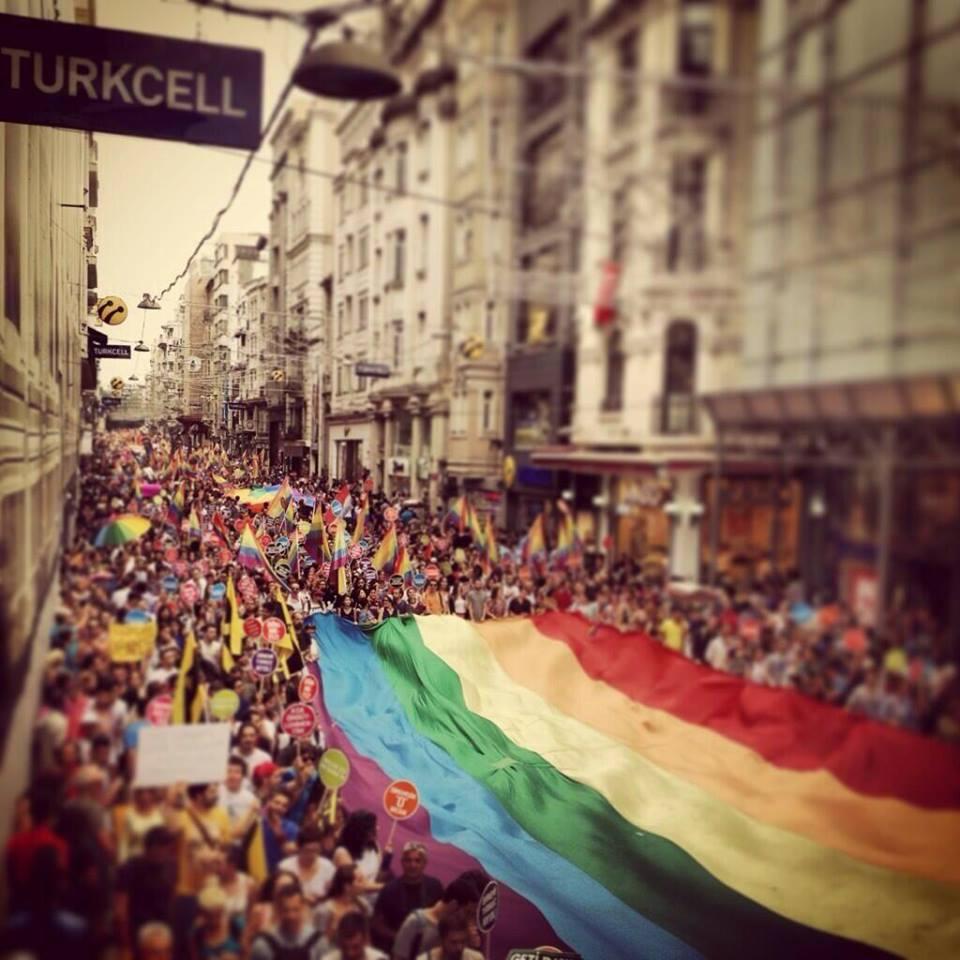#Resistance Istanbul LGBT Pride -today! Gezi Parkı ruhuyla, bu sene her zamankinden daha da kalabalık gerçekleşen #LGBT Onur Yürüyüşü Taksim'de devam ediyor. #direnayol  Thousands of colorfully dressed people marching down Taksim Istiklal Street to mark #LGBT Pride with #gezipark protestors.