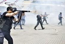 Polizisten gehen mit Tränengas-Granaten gegen Bürger in Istanbul vor