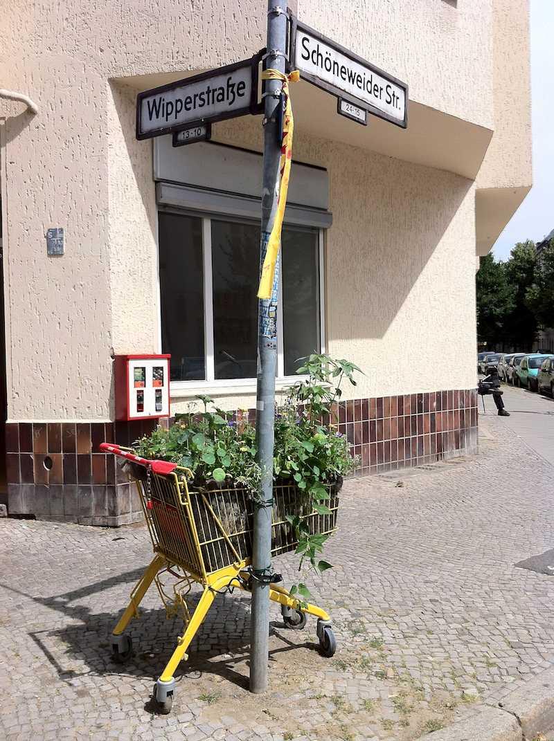 In Rixdorf gesichtet, blumiger Angeber-Garten, ohne Lebensmitte als reines Deko-Element.l