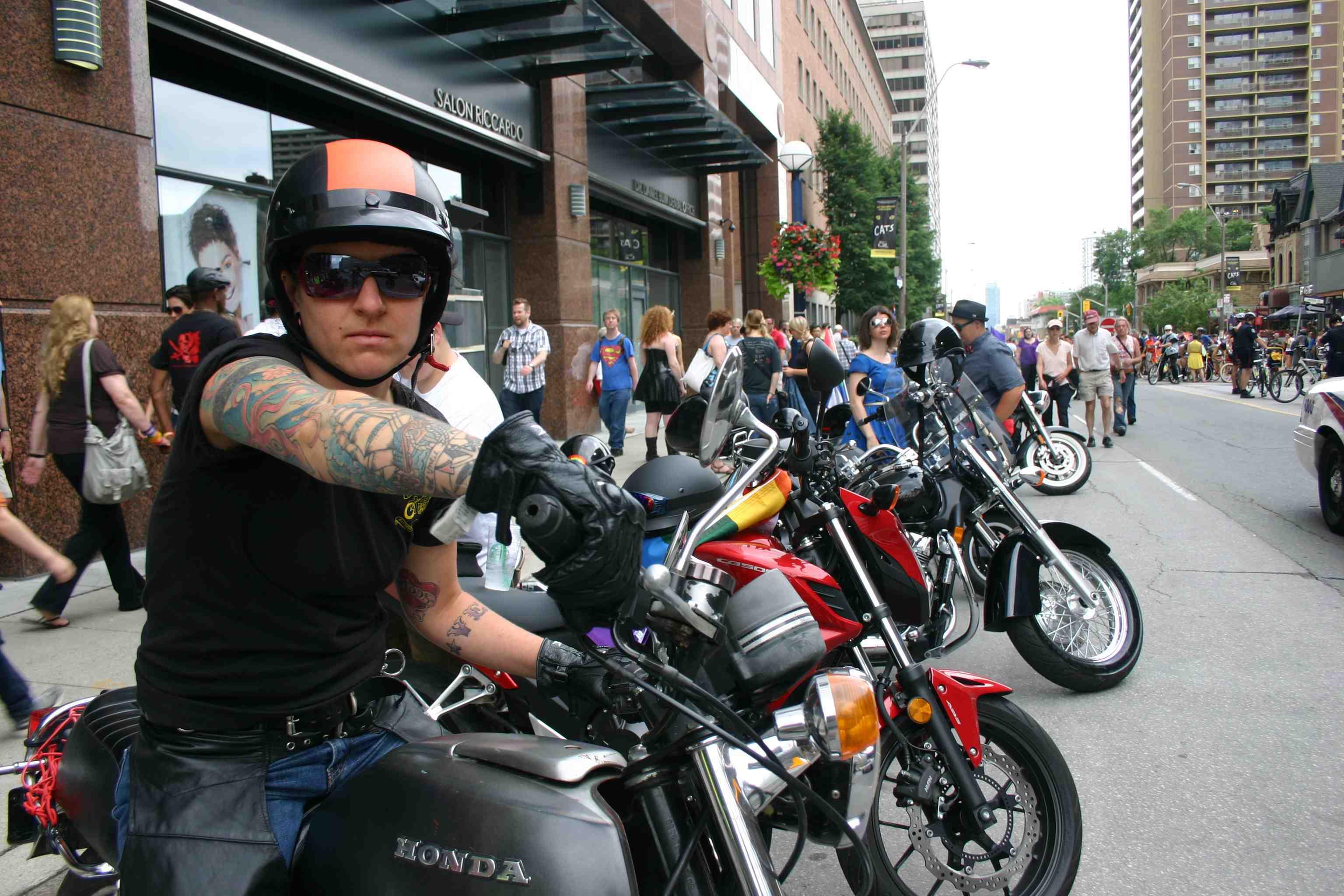 Dyke on Byke zu Beginn vom Dyke March: Toronto Pride: Bilder und Beobachtungen vom 29. und 30. Juni 2013