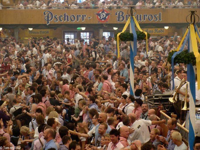 Weniger Lesben als Schwule im im Festzelt Bräurosl: Der Gay Sunday auf dem Oktoberfest. Hier treffen sich jedes Jahr tausende