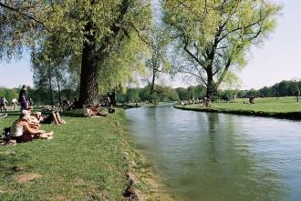 Englischer Garten in München: Eisbach Foto: Michael Nagy, Presse- und Informationsamt