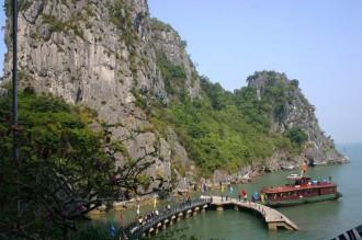 Anlegen: Die Thieng Cung ist die größte Tropfsteinhöhle