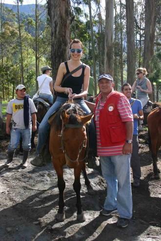 Kolumbien, Cocora-Tal: Marino Toro Ospina hilft Touristen aufs Pferd