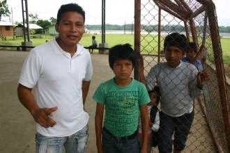 Lehrer Felix Guatatoca mit Schülern