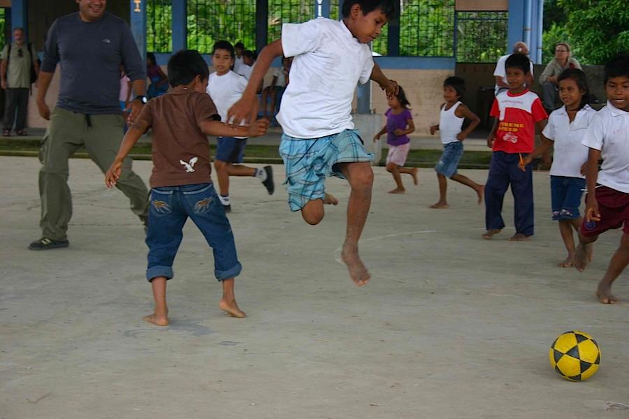 Fussballspielen: Manatee-Guide Pedro spielt mit