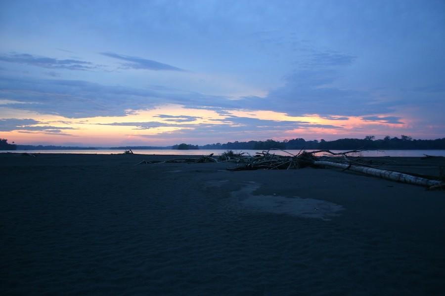 Lila Wolken: Napo-Flussinsel aus Sedimenten am Rande des Yasuni-Nationalparks
