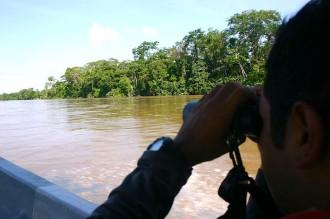 Parc Ranger Pedro Pástor auf dem Napo-Fluss im Amazanasbecken