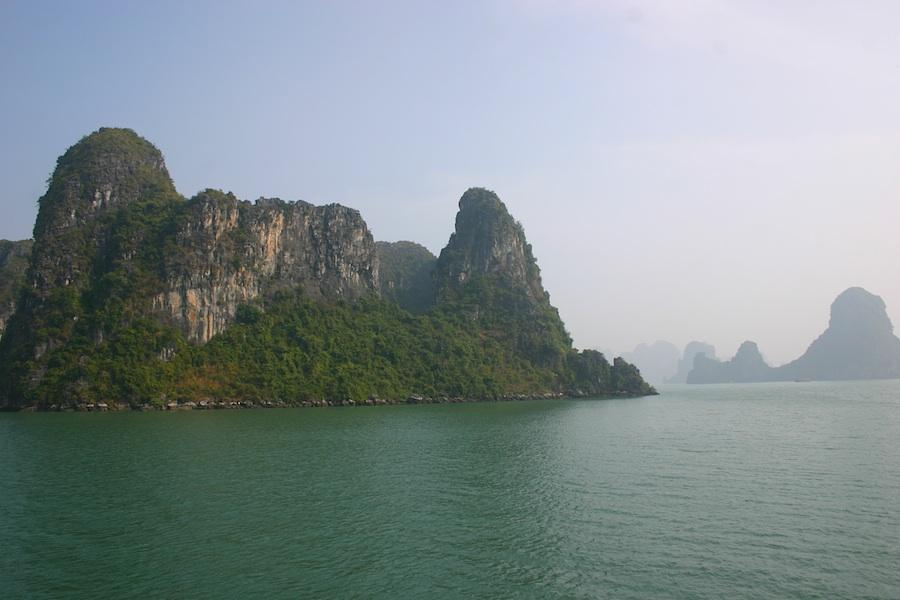 Inselkonturen in der Bucht von Halong