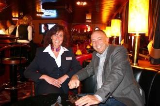 Reiseleiterin Christiane Werning mit Schiffseigner Willem Hendriksen in der Bar der MPS Statendam