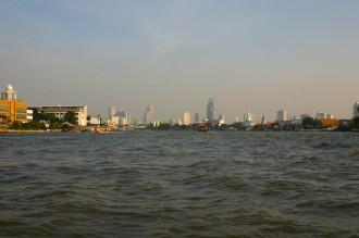 Smog über Bangkok, Kathedralen des Kapitals aus Stahl, Beton und Glas können nicht darüber hinwegtäuschen, dass Bangkok ein Smog-Problem hat