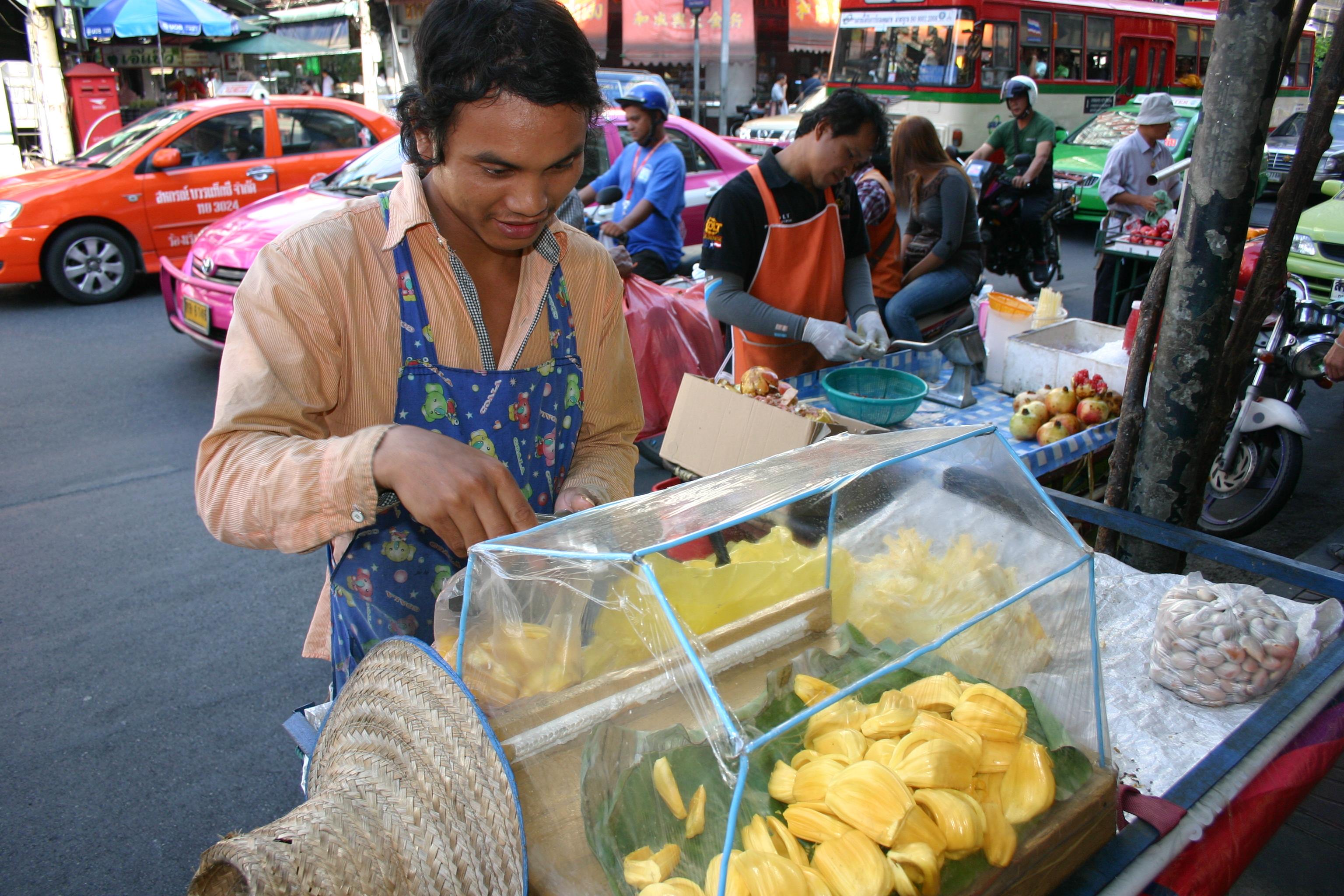 Süßes Früchtchen verkauft süße Früchte in Bangkoks Chinatown