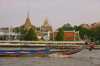 Wat Phra Keo in Bangkok  vom Fluss aus betrachtet