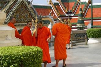 Keine Ahnung wie bzw. wo genau der Mönch sein Mobil-Telefon verstaute, es verschwand irgendwo unter der orangefarbenden Kutte